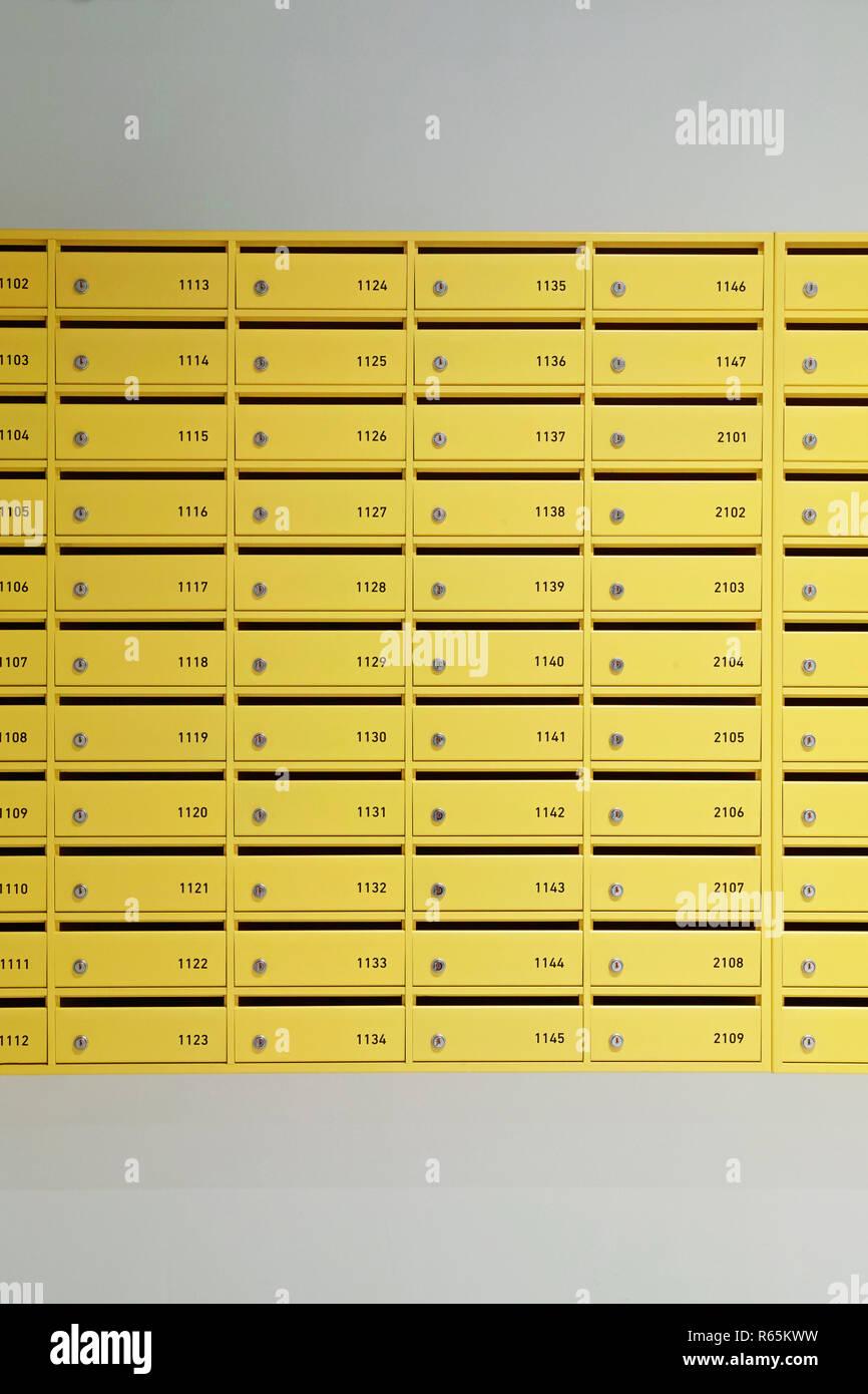 Les boîtes jaunes dans l'entrée d'un immeuble Banque D'Images