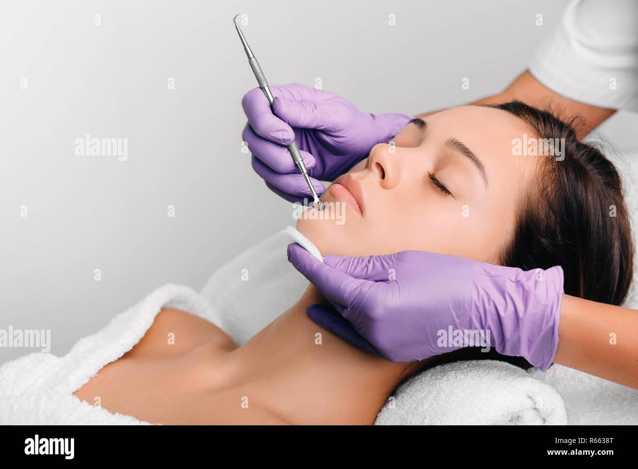 Belle femme, nettoyage du visage mécanique, enlever le point noir Photo Stock