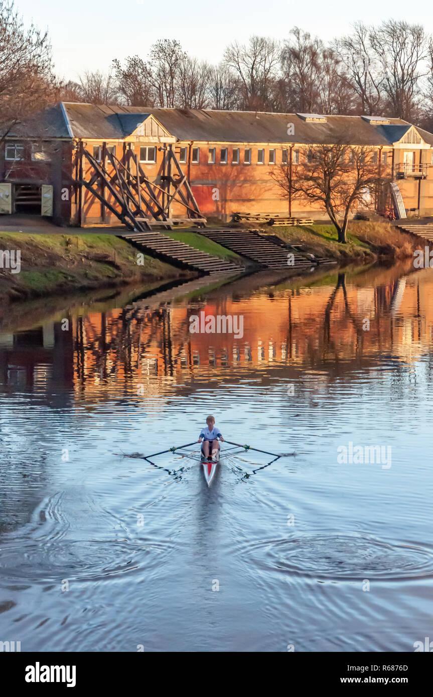 Glasgow, Ecosse, Royaume-Uni. 4 Décembre, 2018. Météo britannique. Un rameur masculin de la formation sur une rivière calme Clyde lors d'une froide, après-midi ensoleillé. Credit: Skully/Alamy Live News Banque D'Images