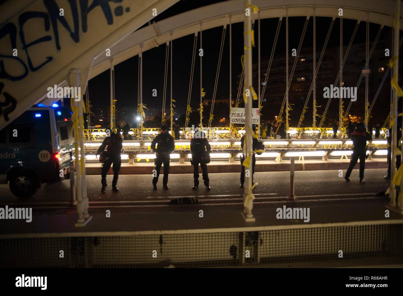 Barcelone, Espagne. 4 Décembre, 2018. Une centaine de personnes sont venus à un lien de liens massif jaune pour réclamer la liberté des prisonniers politiques. La loi a remplacé la police anti-émeute en raison de la recrudescence de la violence par des groupes violents liés à l'extrême droite. Charlie Perez/Alamy Live News Banque D'Images
