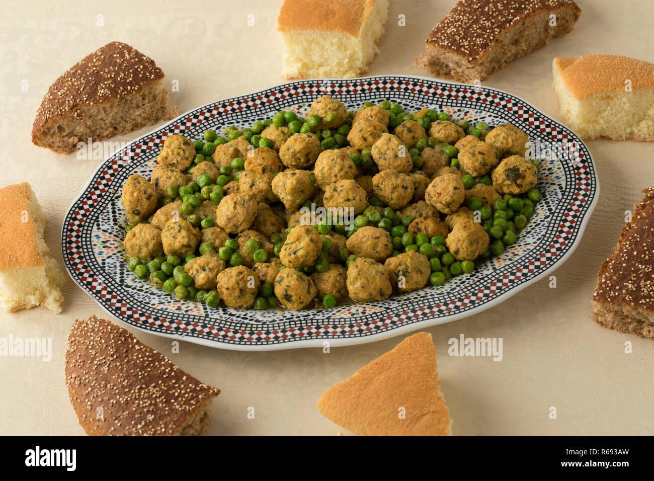 Boules de poulet hachée de style marocain, les pois verts et du pain pour le dîner Banque D'Images