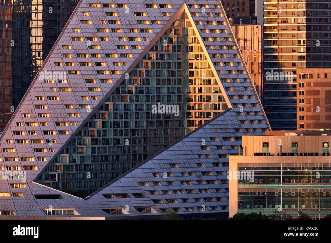 Le complexe d'appartements de luxe Via Ouest 57 avec sa conception unique au coucher du soleil. Midtown West, Manhattan, New York City, USA Photo Stock