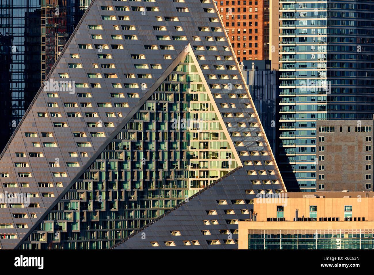 Le complexe d'appartements de luxe Via Ouest 57 avec ses formes uniques et design moderne. Midtown West, Manhattan, New York City, USA Photo Stock
