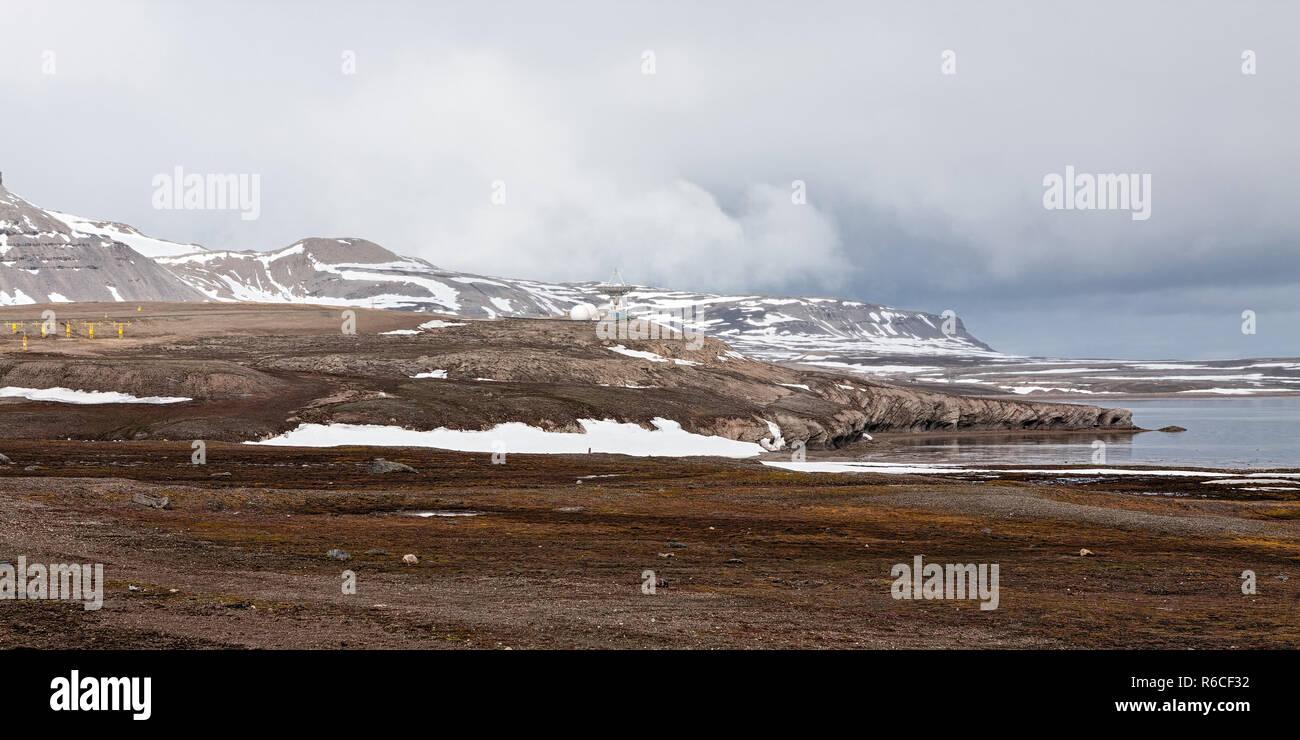 Paysage de montagne et une parabole à Ny Alesund, îles Svalbard Banque D'Images