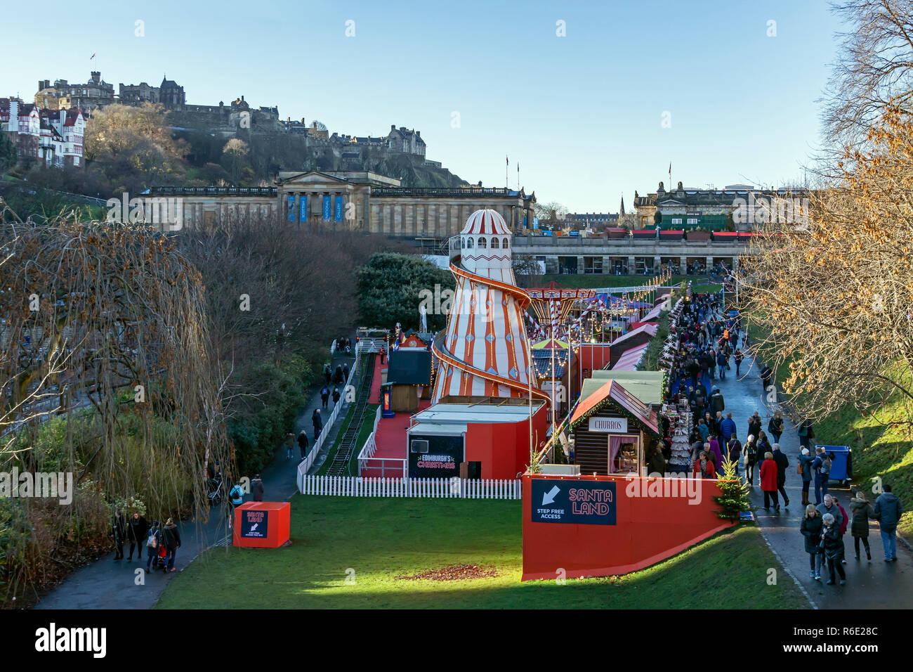 Vue de Santa terres avec les Galeries nationales d'Écosse et le château d'Édimbourg à Noël 2018 dans les jardins de Princes Street Edinburgh Scotland UK Banque D'Images