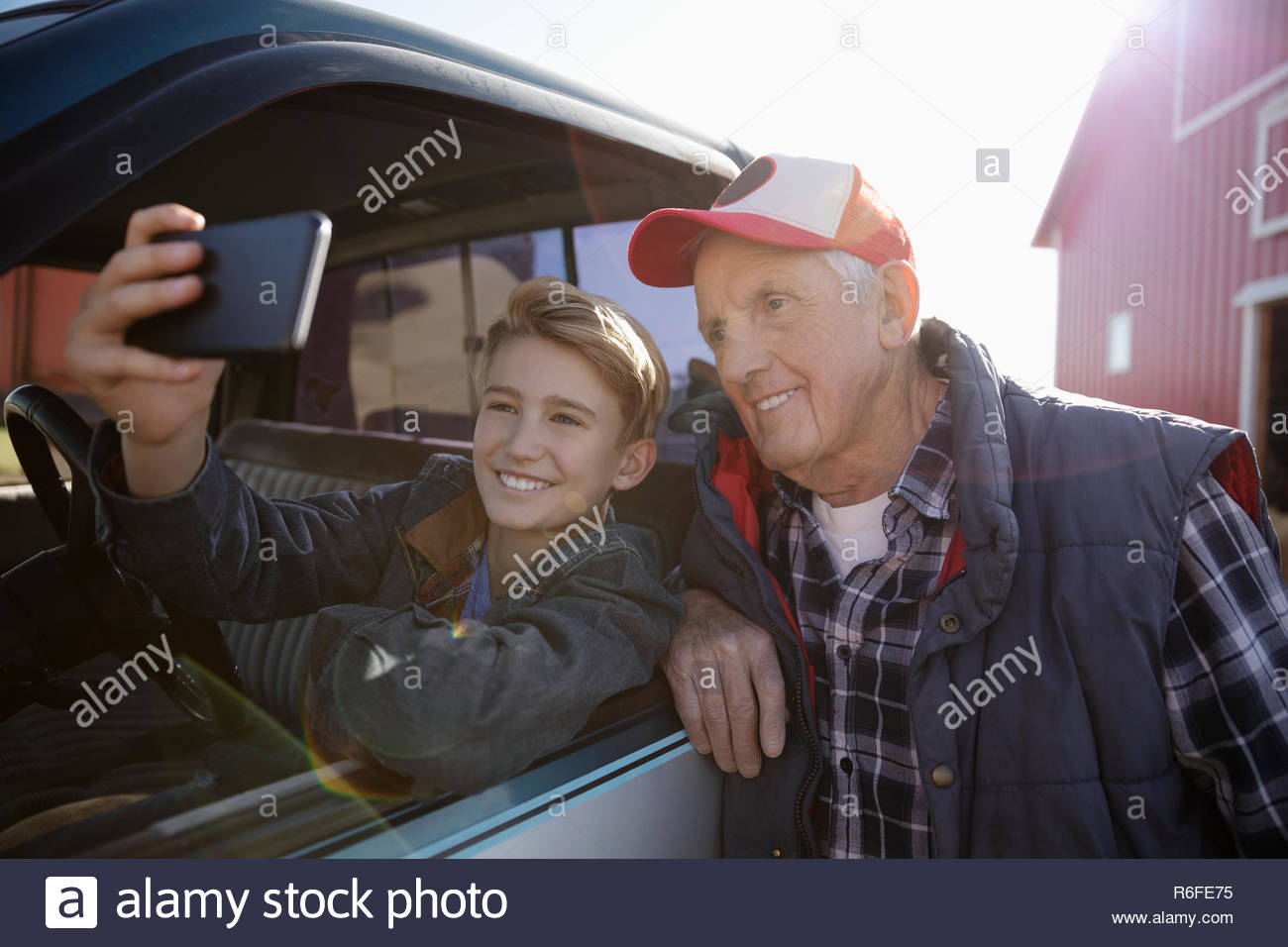 Farmer en tenant avec chariot selfies Photo Stock