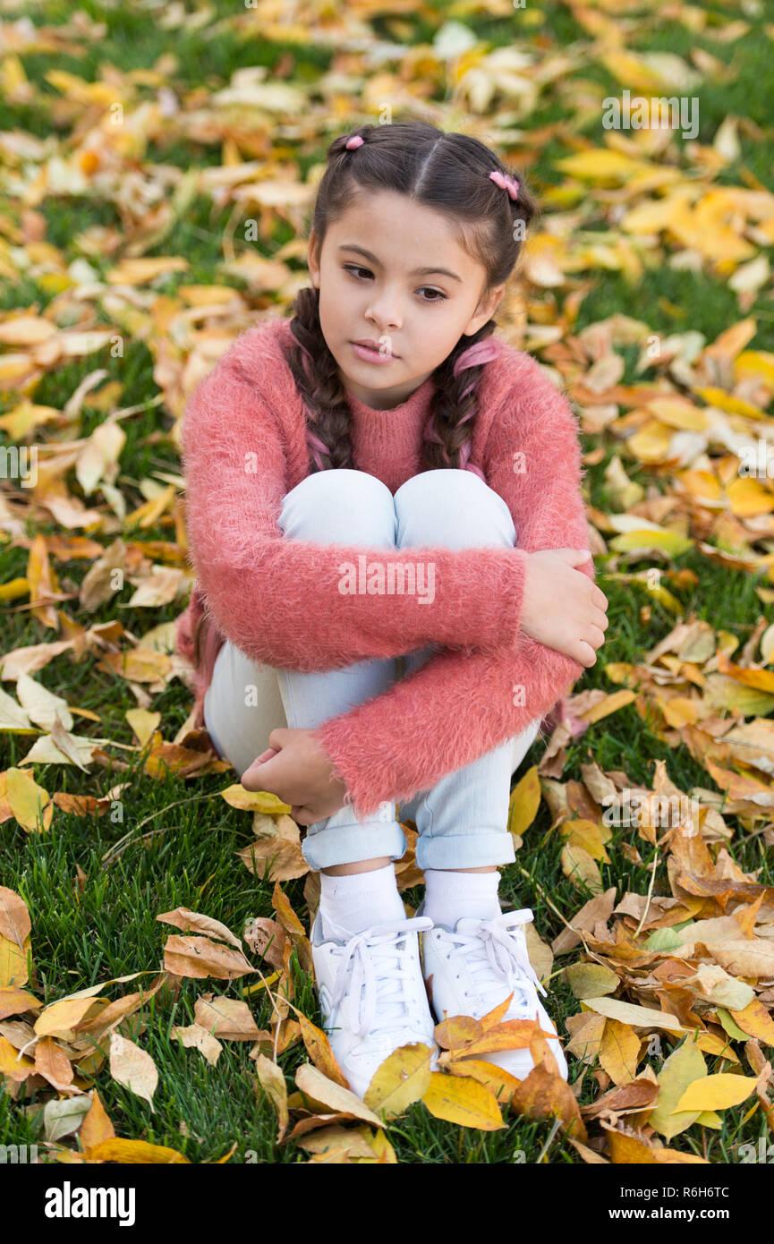 Petit enfant avec les feuilles d'automne. Enfance heureuse. Les heures d'école. Les feuilles d'automne et de la nature. une petite fille dans la forêt d'automne. Heureux d'être autour de. Du vrai repos. La beauté de l'automne. Banque D'Images