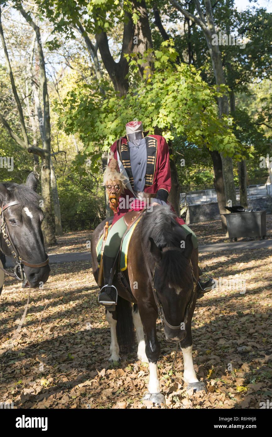 Headless Horseman promenades dans le parc Prospect sur Halloween, Brooklyn, New York. Photo Stock