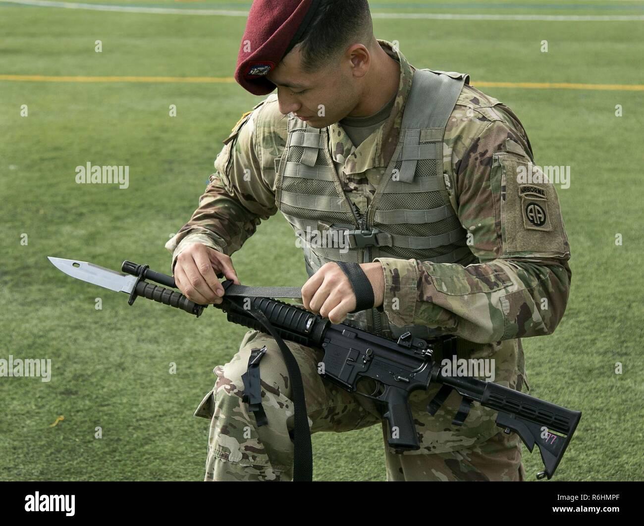 Un parachutiste prépare son arme pour l'inspection pendant la semaine américaine garde toutes les couleurs sur la concurrence Fort Bragg, N.C., 18 mai 2017. Le concours est tenu pour voir qui va gagner la chance de se produire que la couleur garde pendant les événements de la célébration de la semaine All American. Banque D'Images