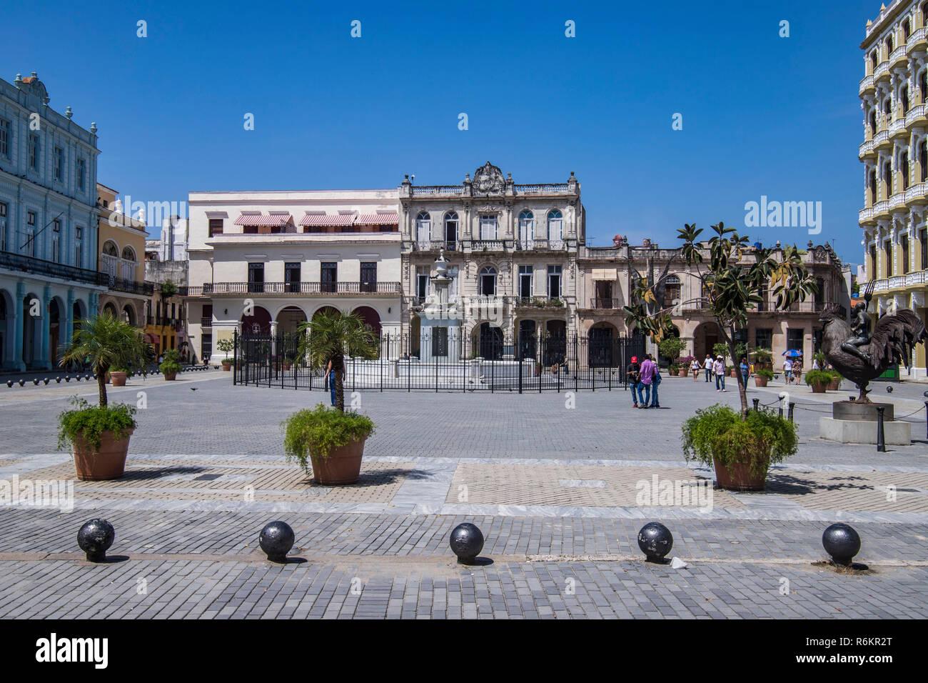 Aperçu de la plaza la place vieille ou de la Plaza Vieja Habana en espagnol, dans la Vieille Havane, Cuba. Le premier nom de la place était la plaza Nueva (nouvelle place) et n'a émergé comme un espace ouvert en 1559. Le site dans le cadre de la Vieille Havane est un UNESCO World Heritage Site. Aujourd'hui, le carré est une destination touristique populaire avec de nombreux bars et restaurants avec de la musique live dans la nuit. Photo Stock