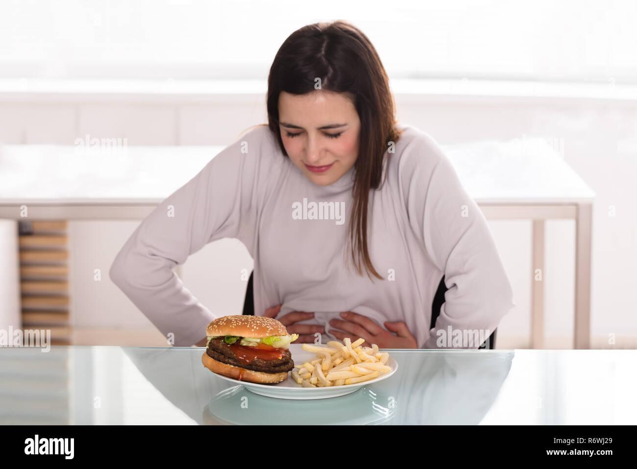 Jeune femme souffrant de douleurs à l'estomac Banque D'Images