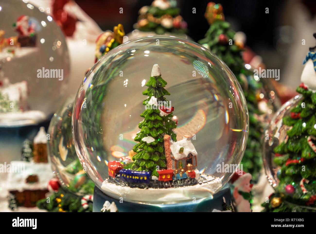 Boule de cristal avec un paysage de Noël enneigé Photo Stock   Alamy