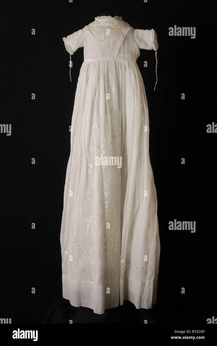Robe de baptême Longue evasee de batiste blanche, en forme de V et plaid jupe brodée de plumetis fine, manches courtes, avec une robe de baptême, vêtements Vêtements pour bébés Vêtements pour enfants vêtements occasion coton batist milieu dos, jupe, épaule w 22,0 w 104,0 manchon, en vertu de la broderie flocage textile batiste blanche robe avec broderies en forme de sablier à l'avant manches courtes robe de coton blanc robe de baptême baptême des enfants de l'église cérémonie religieuse religion Photo Stock