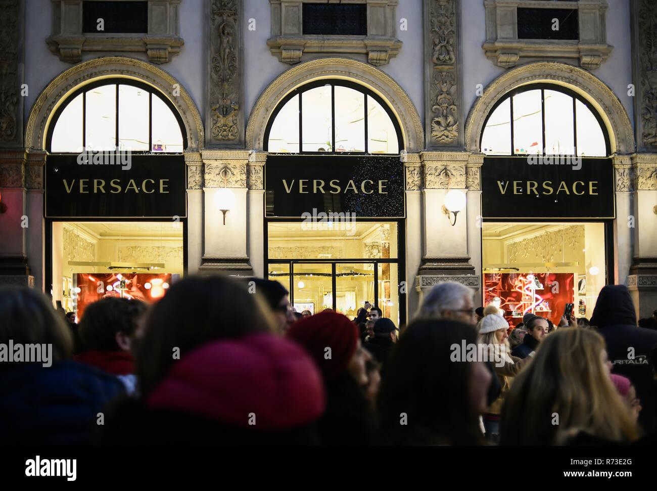 7d85e4ba5a Milan, Italie - 7 décembre 2018 : groupe de personnes s'acheter des cadeaux