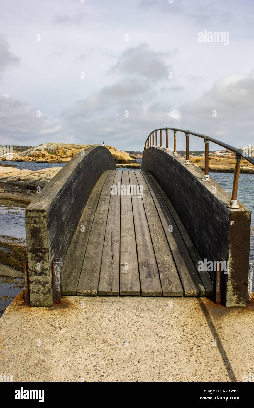 Petit pont entre deux petites en Islande Verdens ende en Norvège Photo Stock