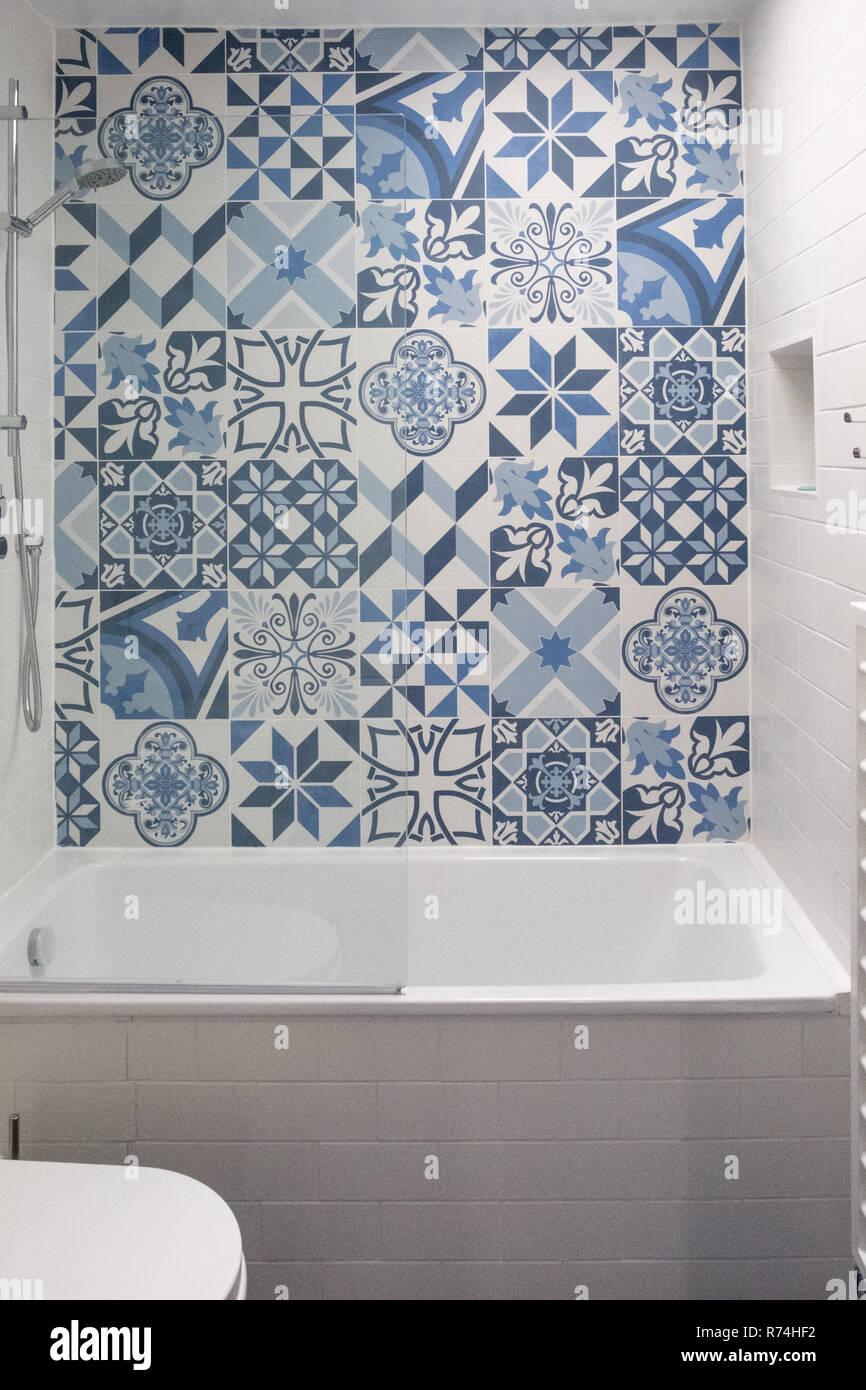 Salle De Bains Avec Baignoire Toilettes Niche Dans Le Mur Et L