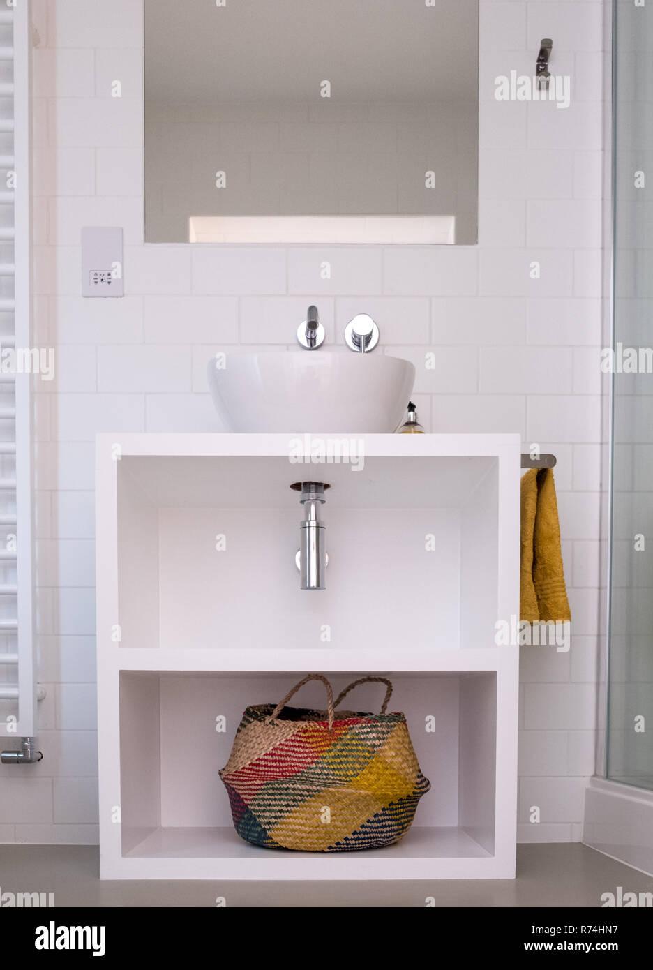 Laquée blanc contemporain salle de bains avec lavabo et panier ...
