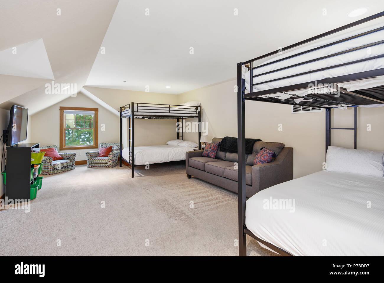 Blanc Et Gris Grenier Chambre Dortoir Avec Plafond Voûté Et
