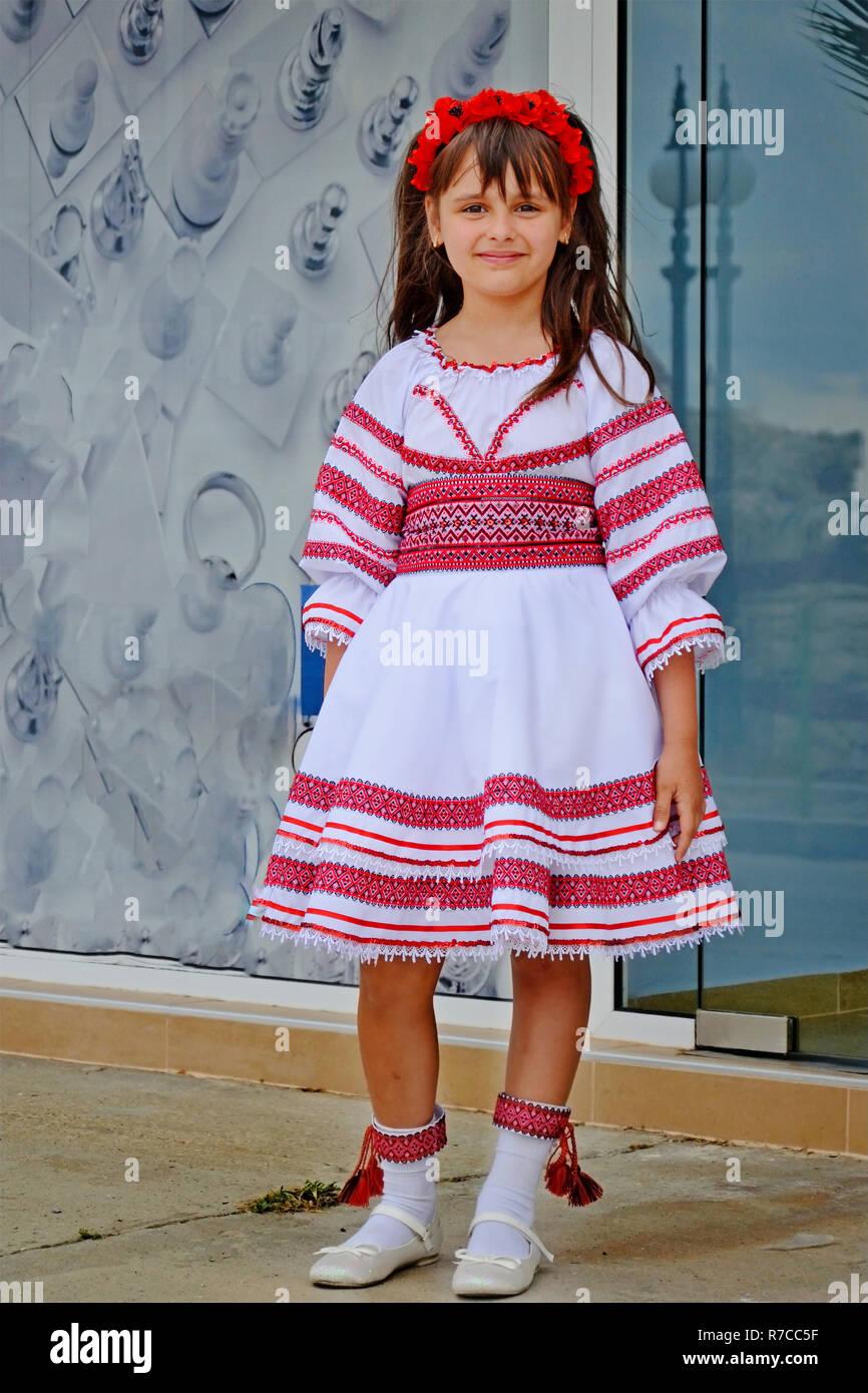 Nesebr, Bulgarie - 13 juin 2013   petite fille aux cheveux noirs avec des  fleurs 8e8f120f354