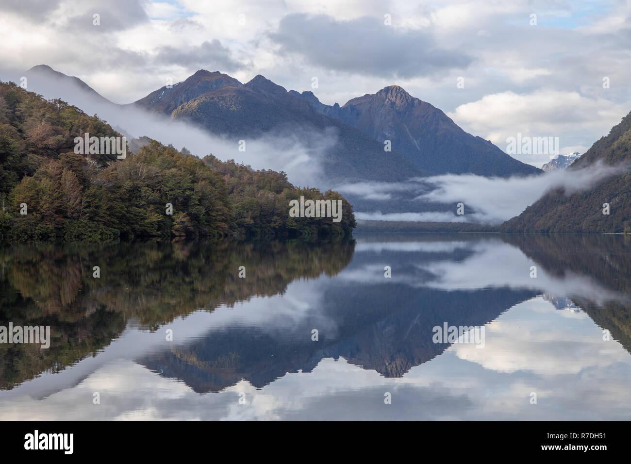 Réflexions sur le lac Gunn, Parc National de Fiordland, Nouvelle-Zélande Banque D'Images
