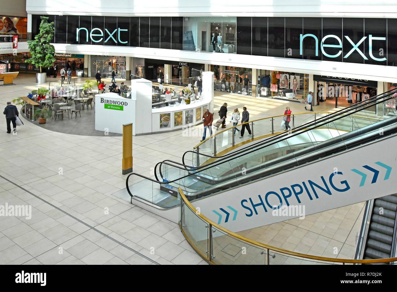 Regardant vers le bas sur le shopping mall signer sur le côté de l'escalier escalier à côté de la sortie d'une boutique de vêtements boutique/café restaurant & Southend Essex England UK Banque D'Images