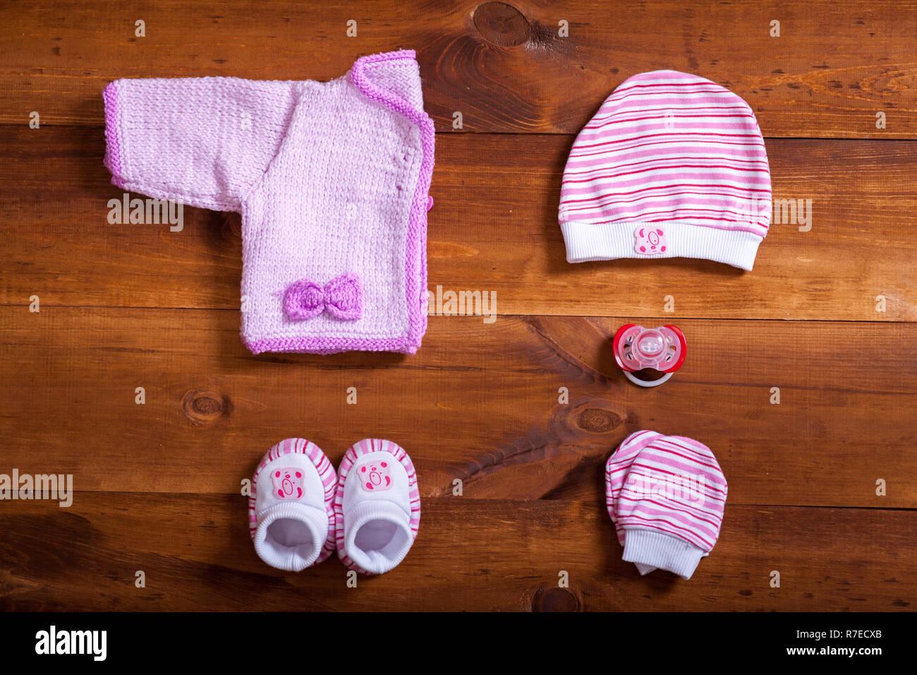 c4885069746ab Vêtements de bébé et des accessoires sur fond de bois brun