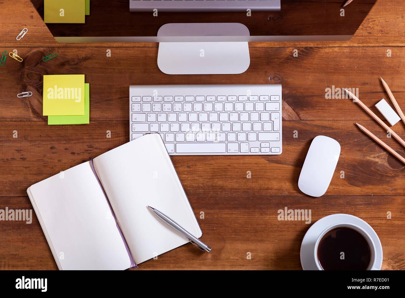 Bureau de travail avec le moniteur de l ordinateur portable ouvert