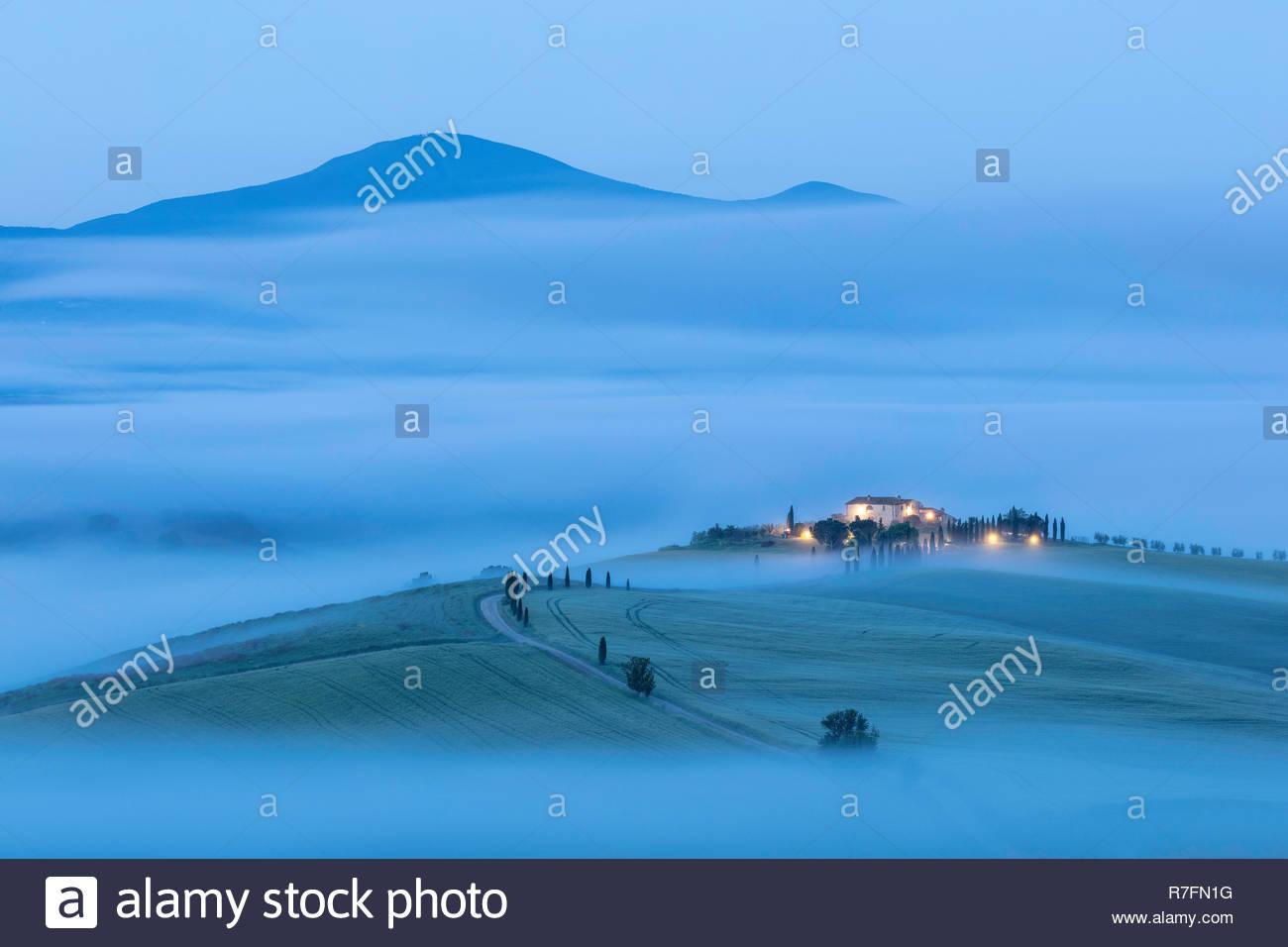 Ancienne ferme toscane dans la brume, Pienza, Val d'Orcia, Toscane, Italie Photo Stock