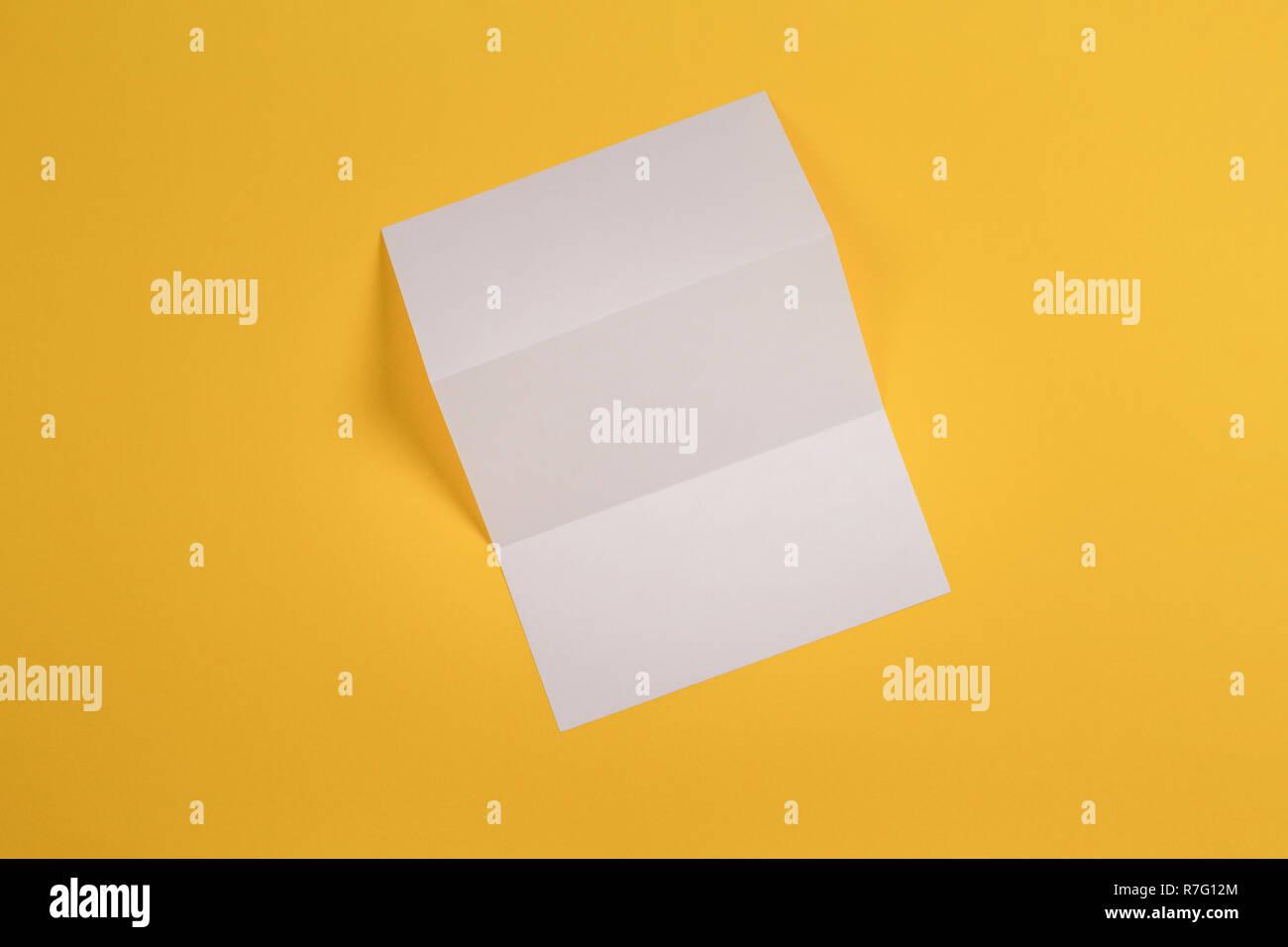 Maquette de blank white tri fold brochure brochure sur fond jaune Photo Stock