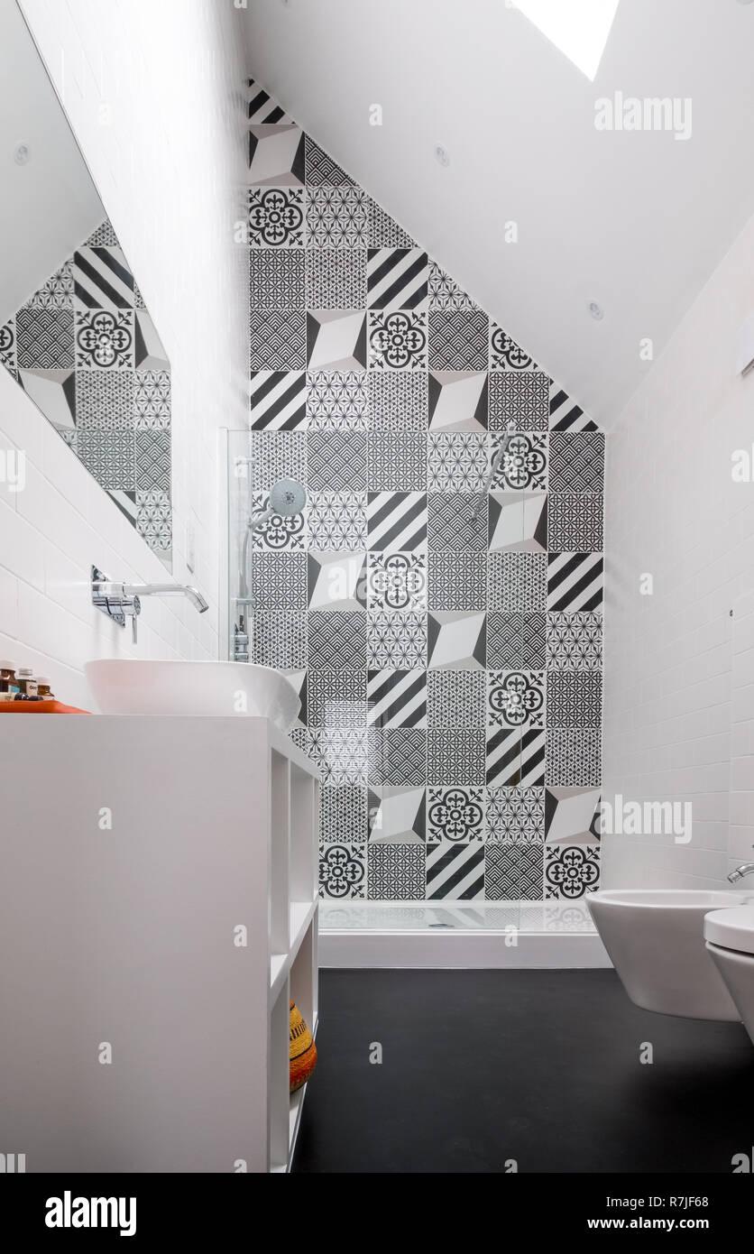 Loft Moderne Salle De Bains Avec Haut Plafond, Cabine De Douche Et De  Porcelaine Monochrome Noir Et Blanc Carreaux De Mur.