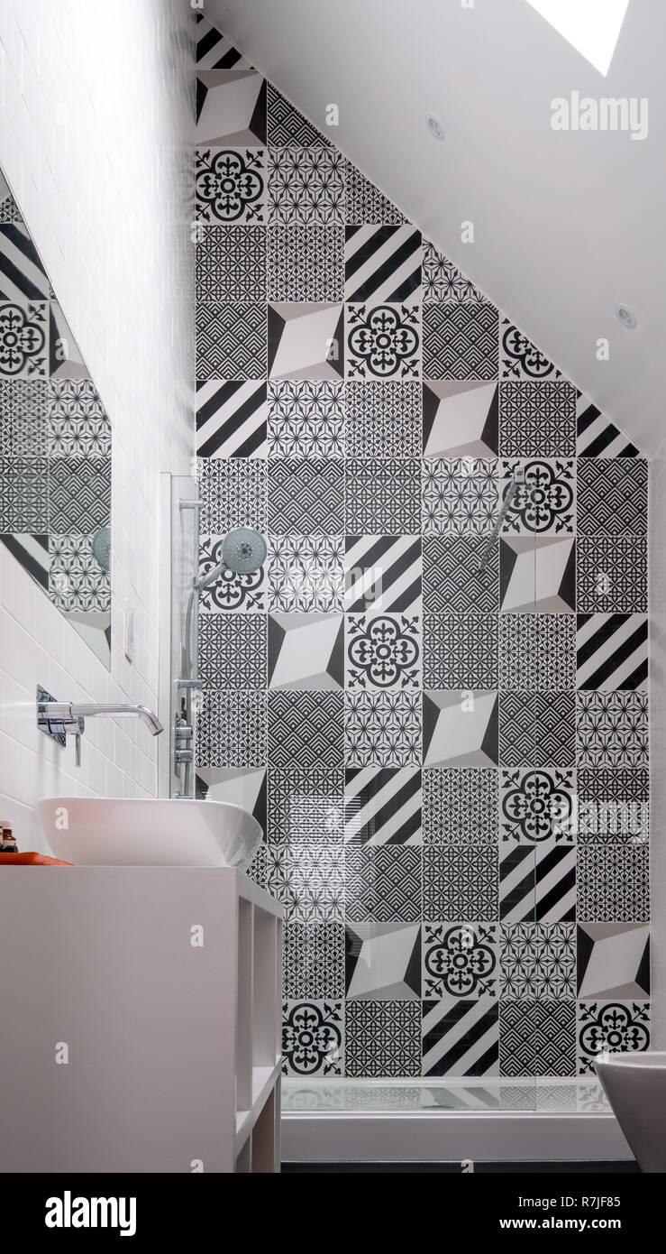 Loft moderne salle de bains avec haut plafond, cabine de douche et ...