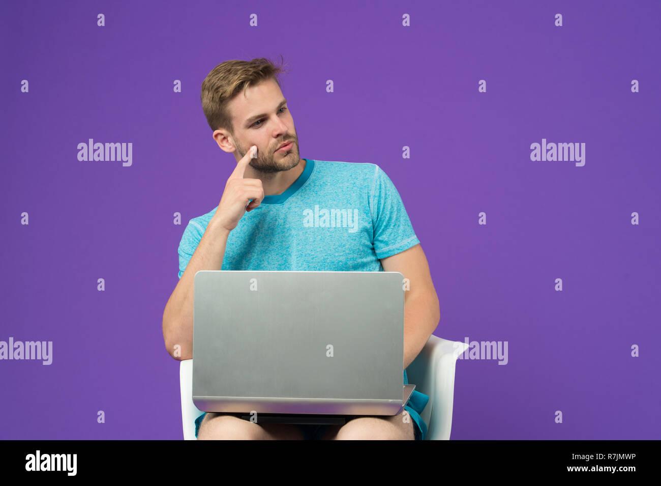 Le monde entier en une seule touche. Homme surf internet sur ordinateur portable. Guy en ligne. Tirer parti des achats en ligne. L'accès gratuit à internet. Homme avec un ordinateur portable moderne surf internet. Les technologies modernes. Photo Stock