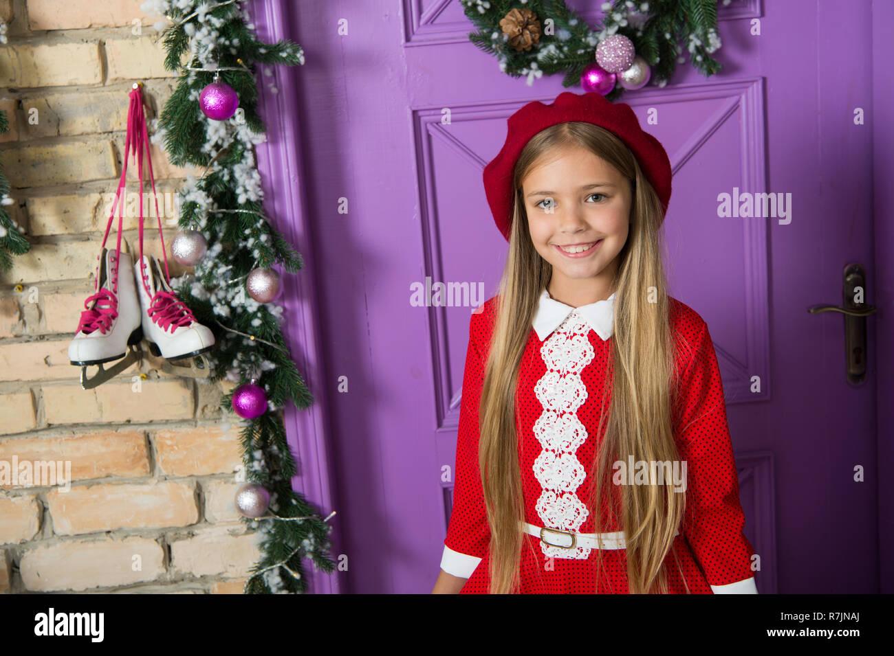 Béret rouge est toujours une bonne idée. Petit enfant à la mode. Peu de 964963d3b82