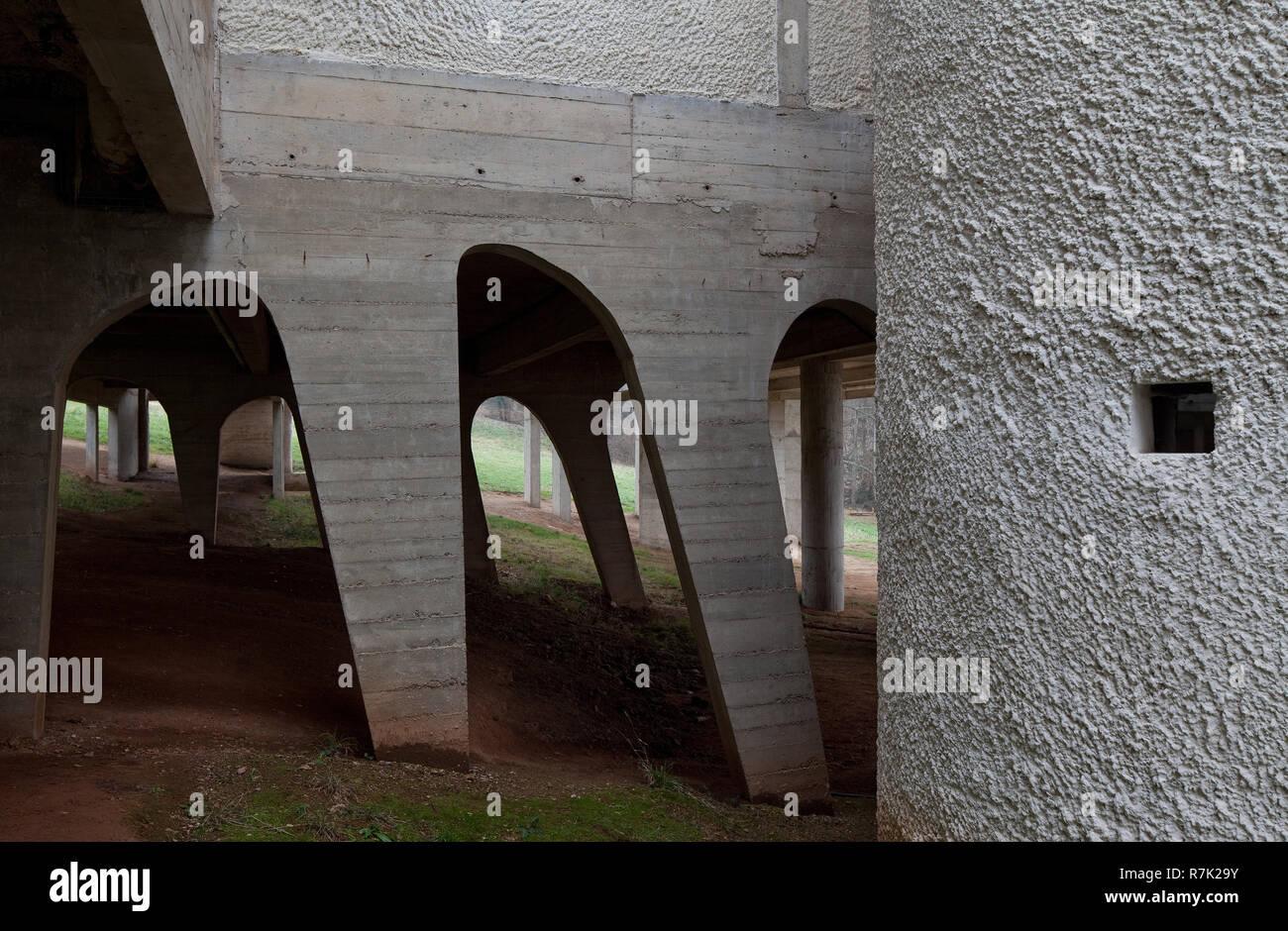 Éveux bei Lyon, Kloster Sainte-Marie de La Tourette, 1956-1960 von Le Corbusier, Innenhof mit Substruktionen Banque D'Images
