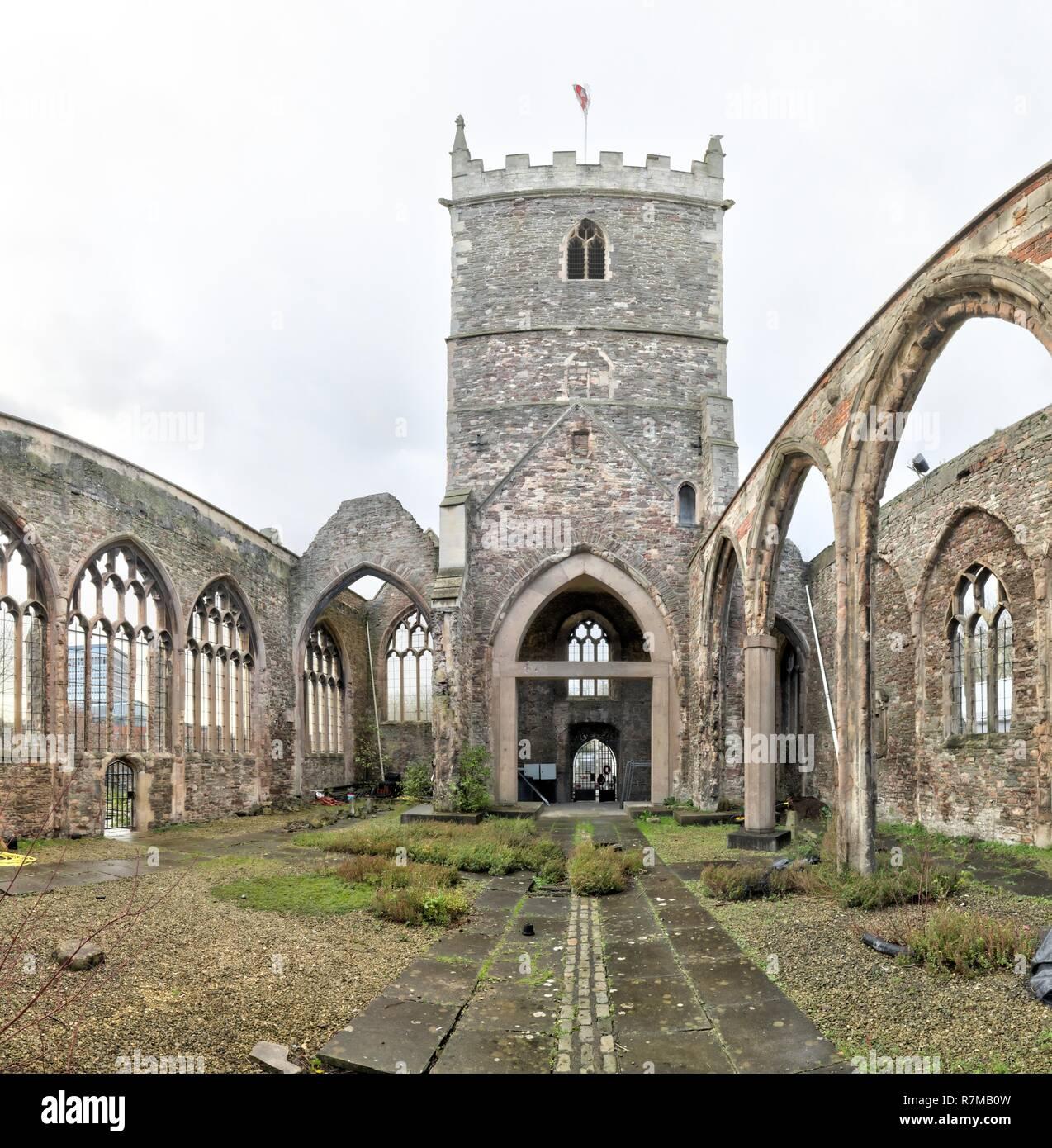 L'intérieur de l'abandonné de le percer à Saint Peter's Church dans le parc du château, avec des fenêtres en ogive et Bell Tower, à Bristol, Royaume-Uni Banque D'Images