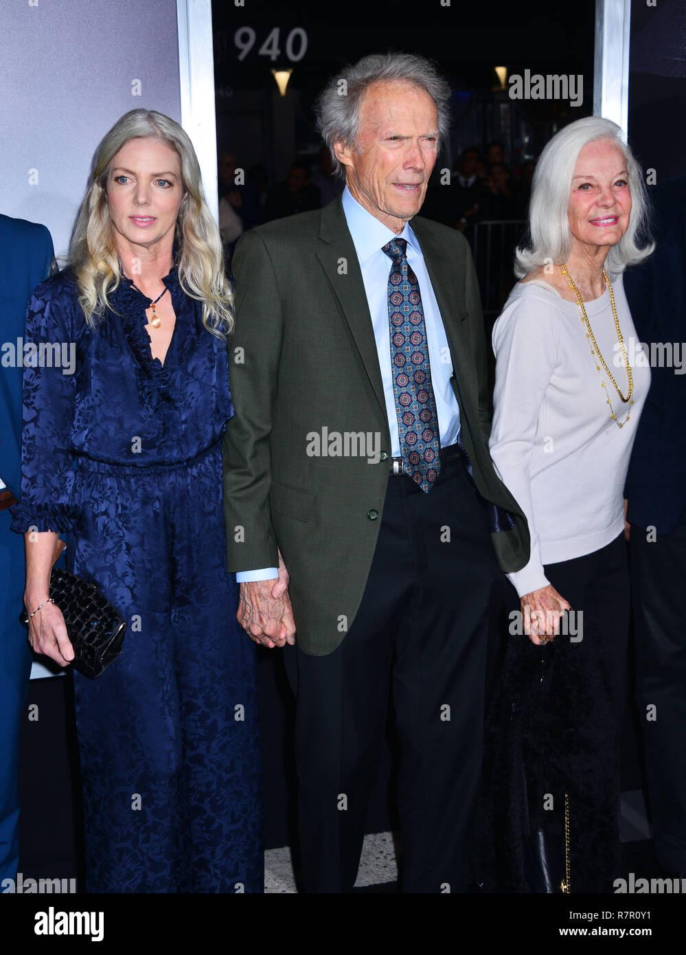 """Westwood, Californie, USA. 11Th Feb 2018. Clint Eastwood et Christina Sandera 219 assiste à la Warner Bros Pictures Première mondiale de """"La mule"""" au Regency Village Theatre le 10 décembre 2018 à Westwood, en Californie. Credit: Tsuni / USA/Alamy Live News Banque D'Images"""