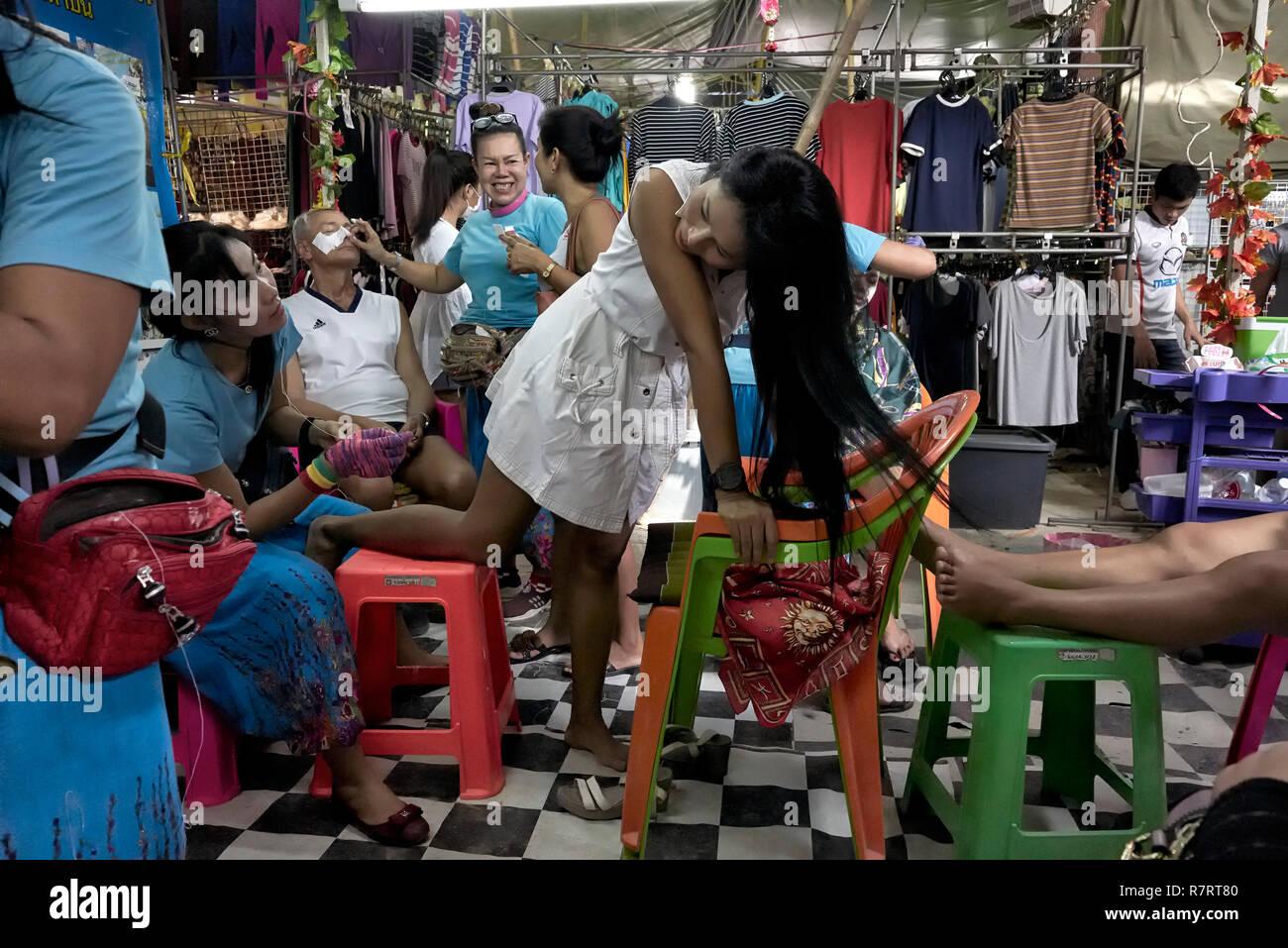 Le nettoyage de la peau. Homme et femme soin de beauté salon de coiffure. Fil de coton est utilisé pour gratter les imperfections de la peau claire. La Thaïlande. S. E. l'Asie Photo Stock