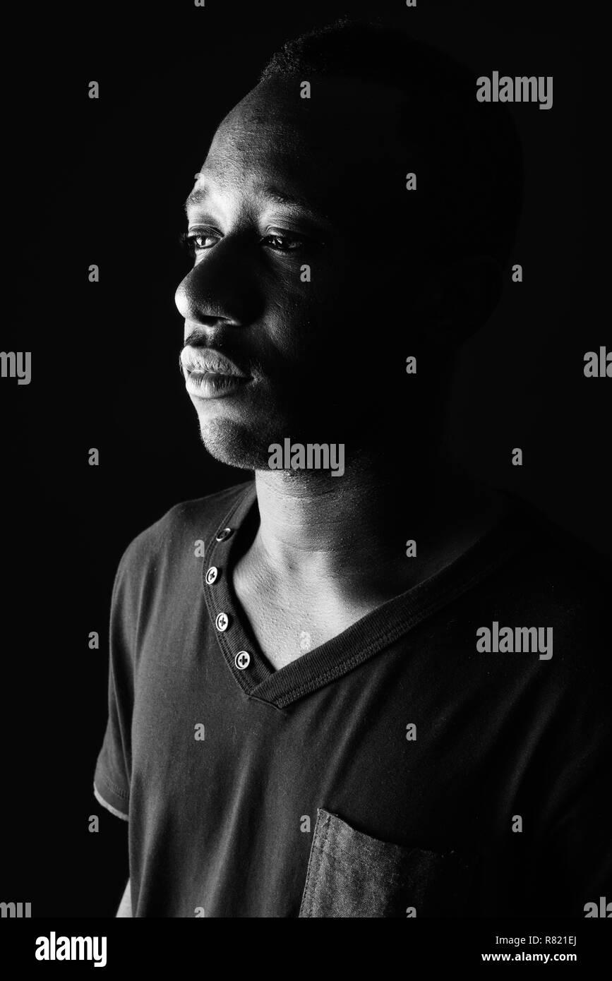 Triste Visage De Jeune Homme Africain En Noir Et Blanc
