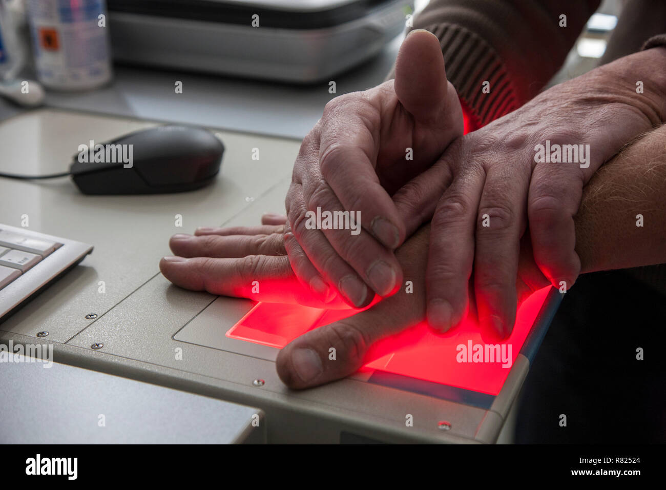 Des empreintes digitales et palmaires d'une personne suspecte sont enregistrés avec un scanner, Allemagne Photo Stock