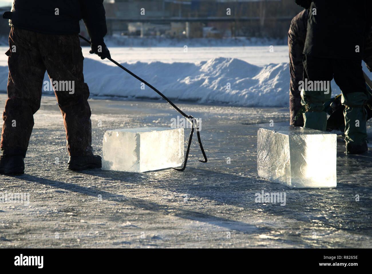 Mine de travailleurs de gros cubes de glace des rivières naturelles , la récolte de la glace de la rivière Banque D'Images