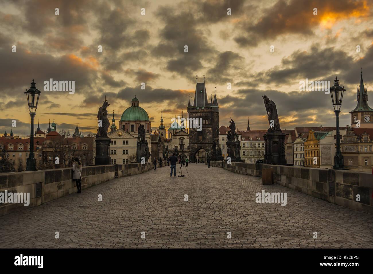Belle scène au célèbre monument de Prague (République tchèque), le Pont Charles. Photo Stock