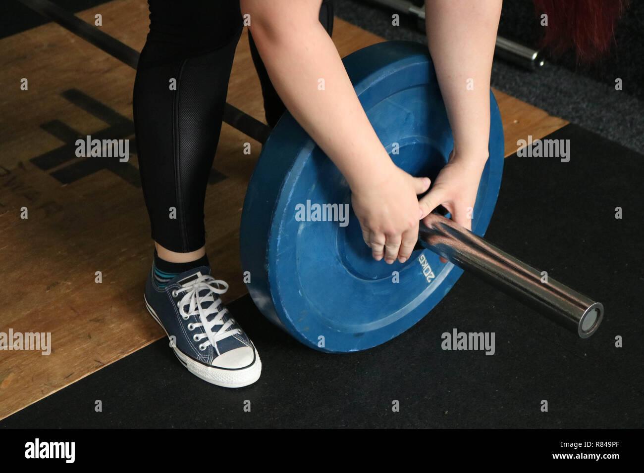 L'utilisation d'haltères et poids haltérophiles à faire les exercices comme soulevé de terre ou s'accroupit Photo Stock
