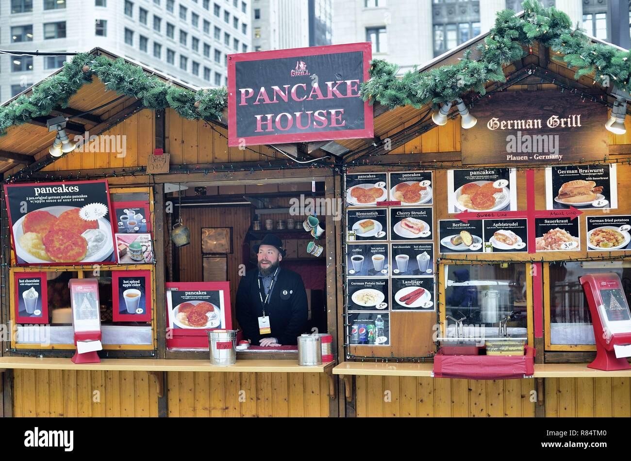 Chicago, Illinois, USA. Un kiosque à la nourriture allemande Christkindlmarket dans le centre-ville de Chicago. Photo Stock