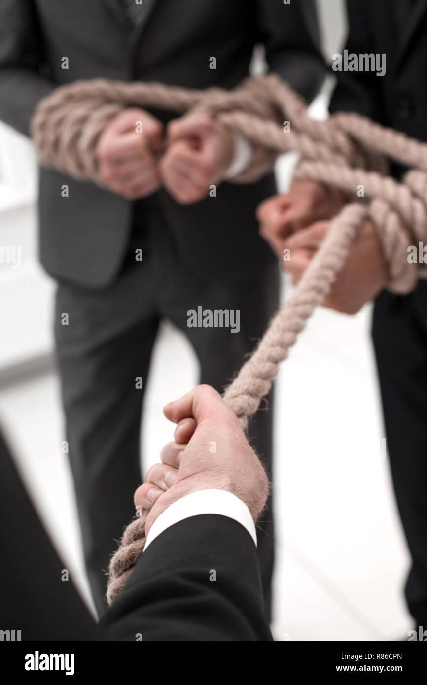Close up.le patron tire sur sa propre équipe sur la corde Photo Stock