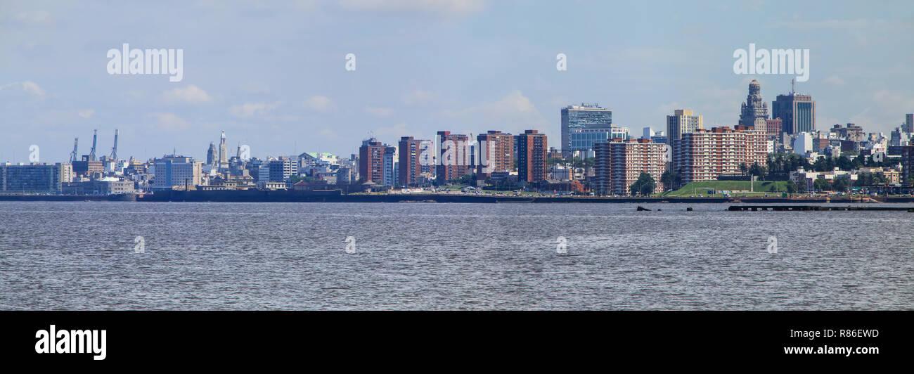 Panorama de l'horizon sur la rive du Rio de la Plata à Montevideo, Uruguay. Montevideo est la capitale et la plus grande ville de l'Uruguay Photo Stock