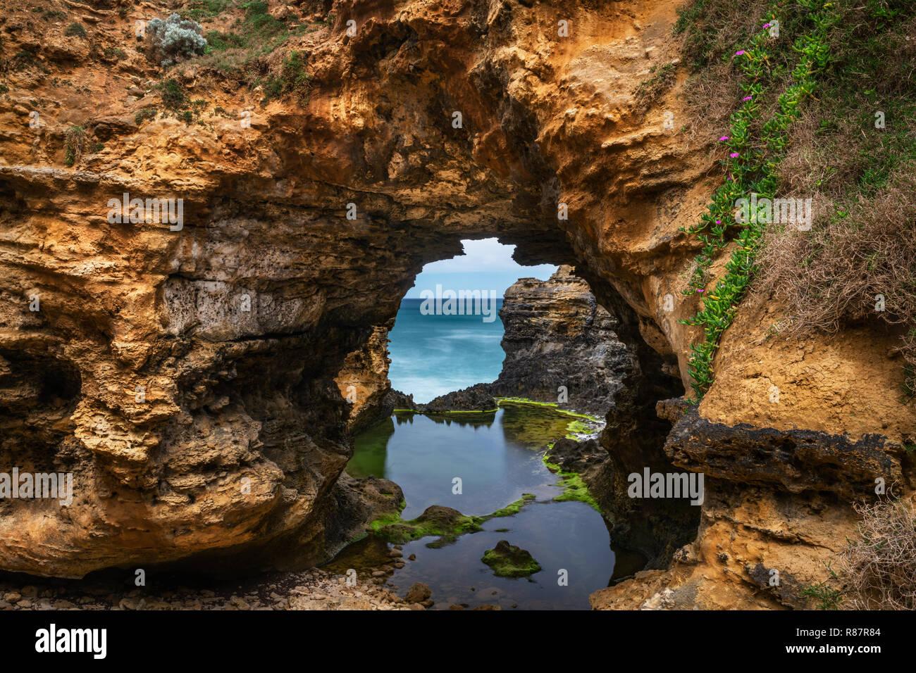 La grotte est l'une des caractéristiques le long de la Great Ocean Road. Banque D'Images
