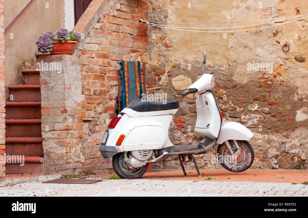Scooter à Castiglione d'Orcia, Italie Banque D'Images
