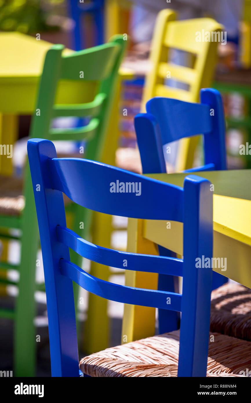 Tables et chaises colorées en plein air . Se concentrer sur l'avant. Le point de droit. Banque D'Images