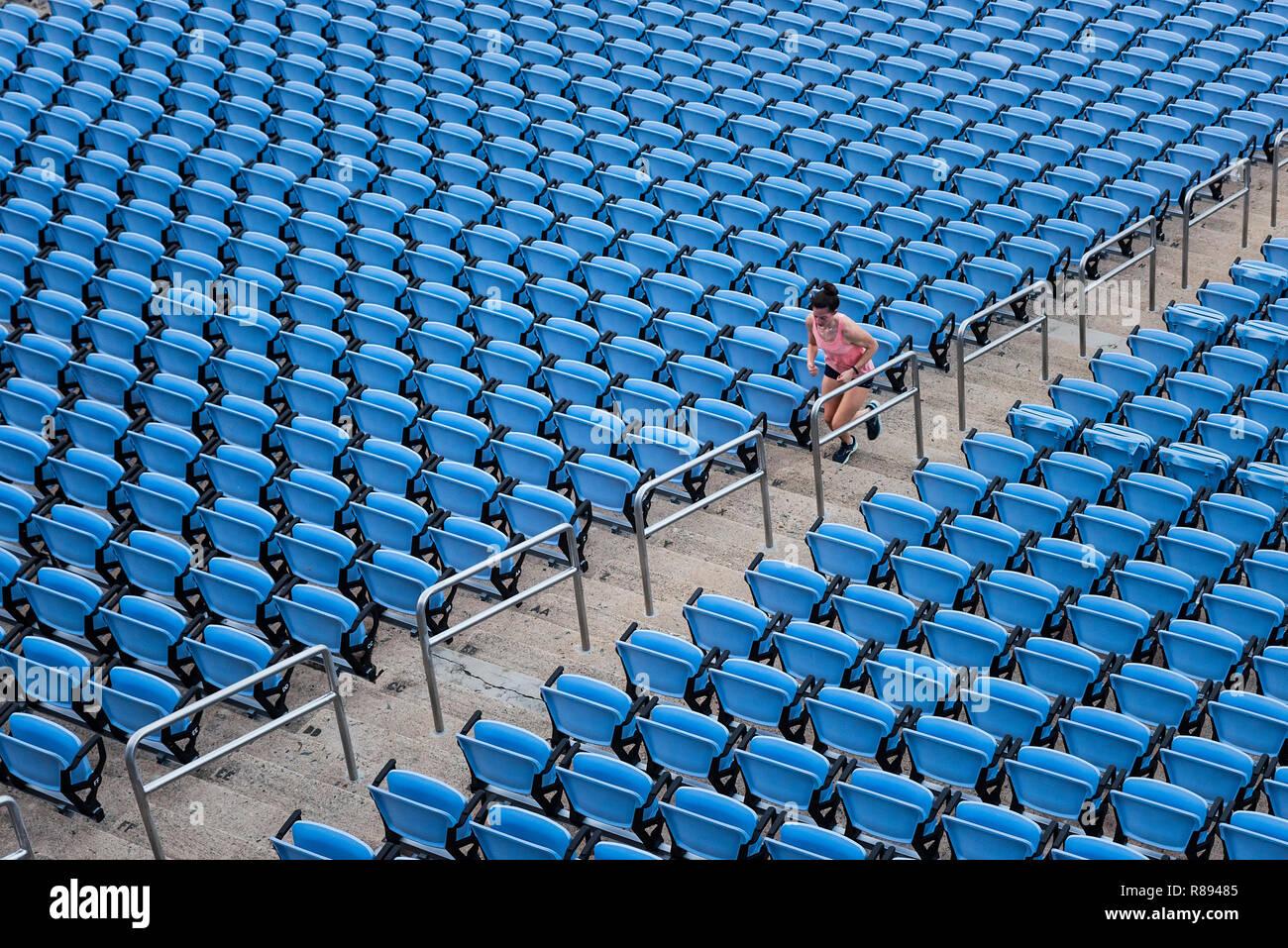 Woman running stadium les étapes d'une séance de formation. Photo Stock