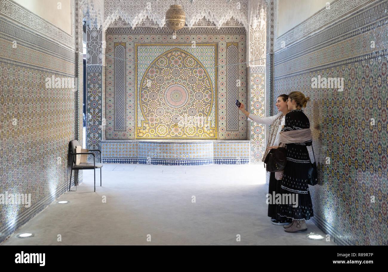 Marrakech - deux femmes touristes prenant une photo selfies; les tombeaux saadiens, Marrakech, Maroc Afrique du Nord Banque D'Images